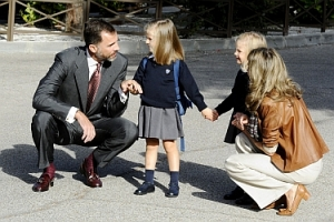 Spanish Crown Prince Felipe (L) and Princess Letizia (R) drop their d